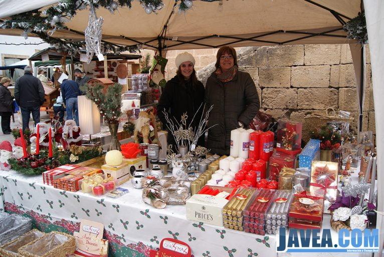 Stand de cestería roig en la feria de Navidad de Jávea.