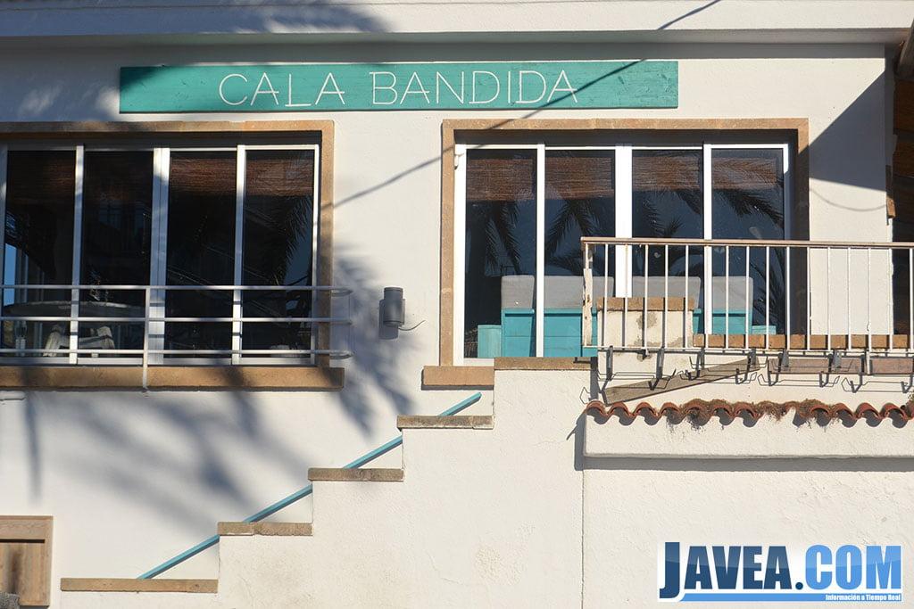 Bar Restaurante Cala Bandida en Jávea se encuentra pegado a la Playa La Grava