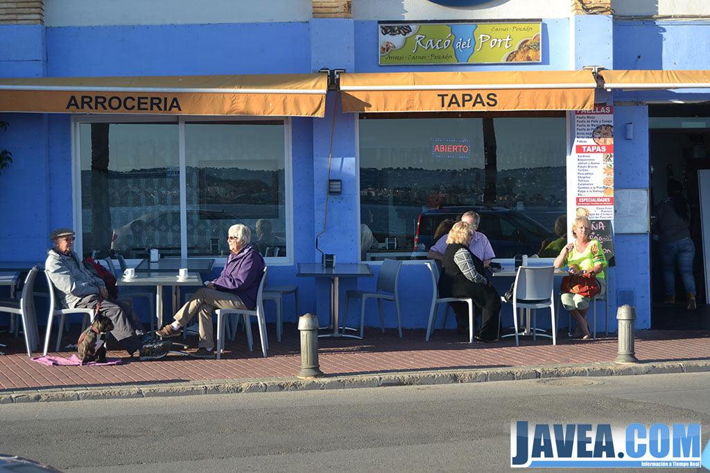 Bar Restaurante Racò del Port se encuentra a primera línea de la Playa La Grava