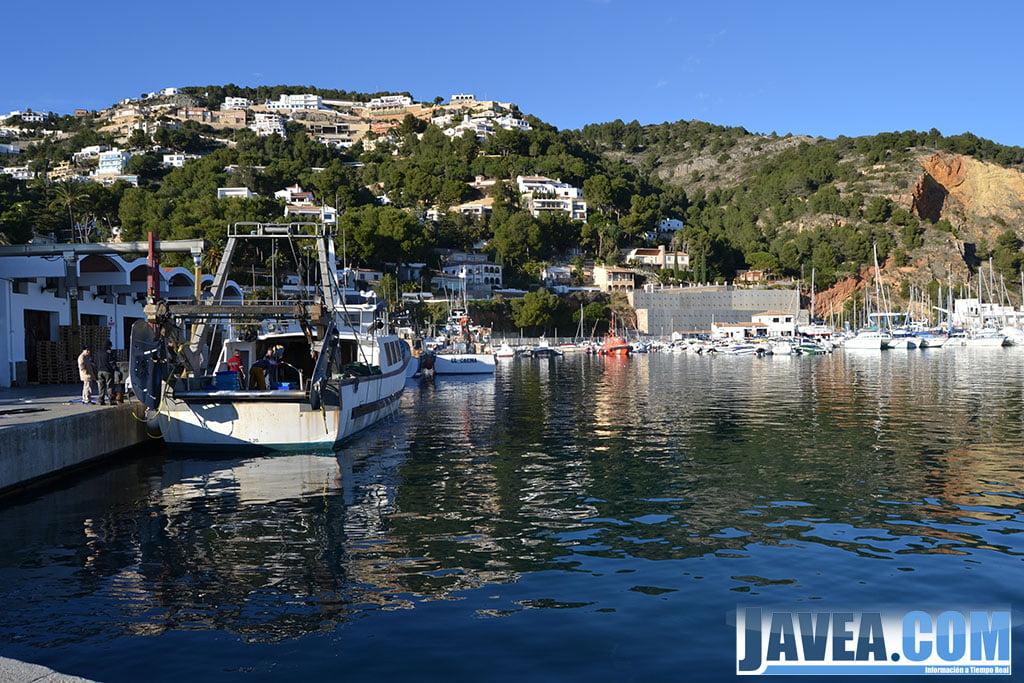 El puerto de Jávea donde se encuentran las barcas de los pescadores se encuentra a escasos metros de la Playa La Grava