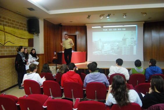 Francesc Fenollosa i Tens dirige el taller de doblaje para estudiantes de secundaria