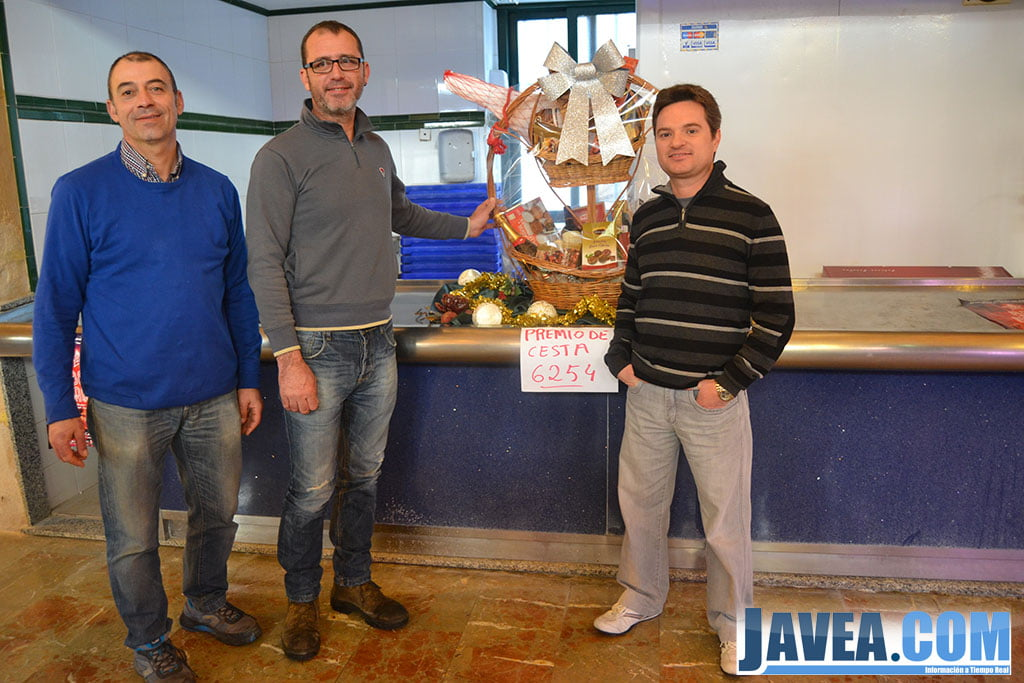 Josep Bou ha sido el afortunado que se ha llevado la cesta que sorteaba el Mercado Municipal
