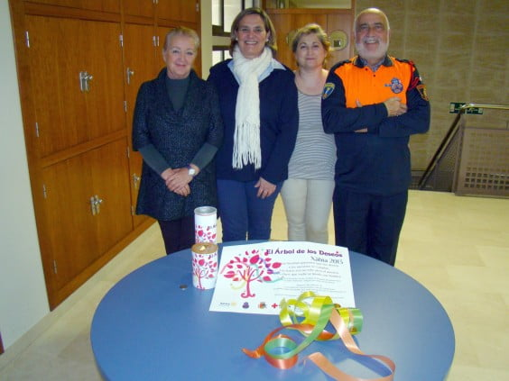 La edil de Servicios Sociales, Tere Bisquert, recibe el donativo del árbol de los deseos