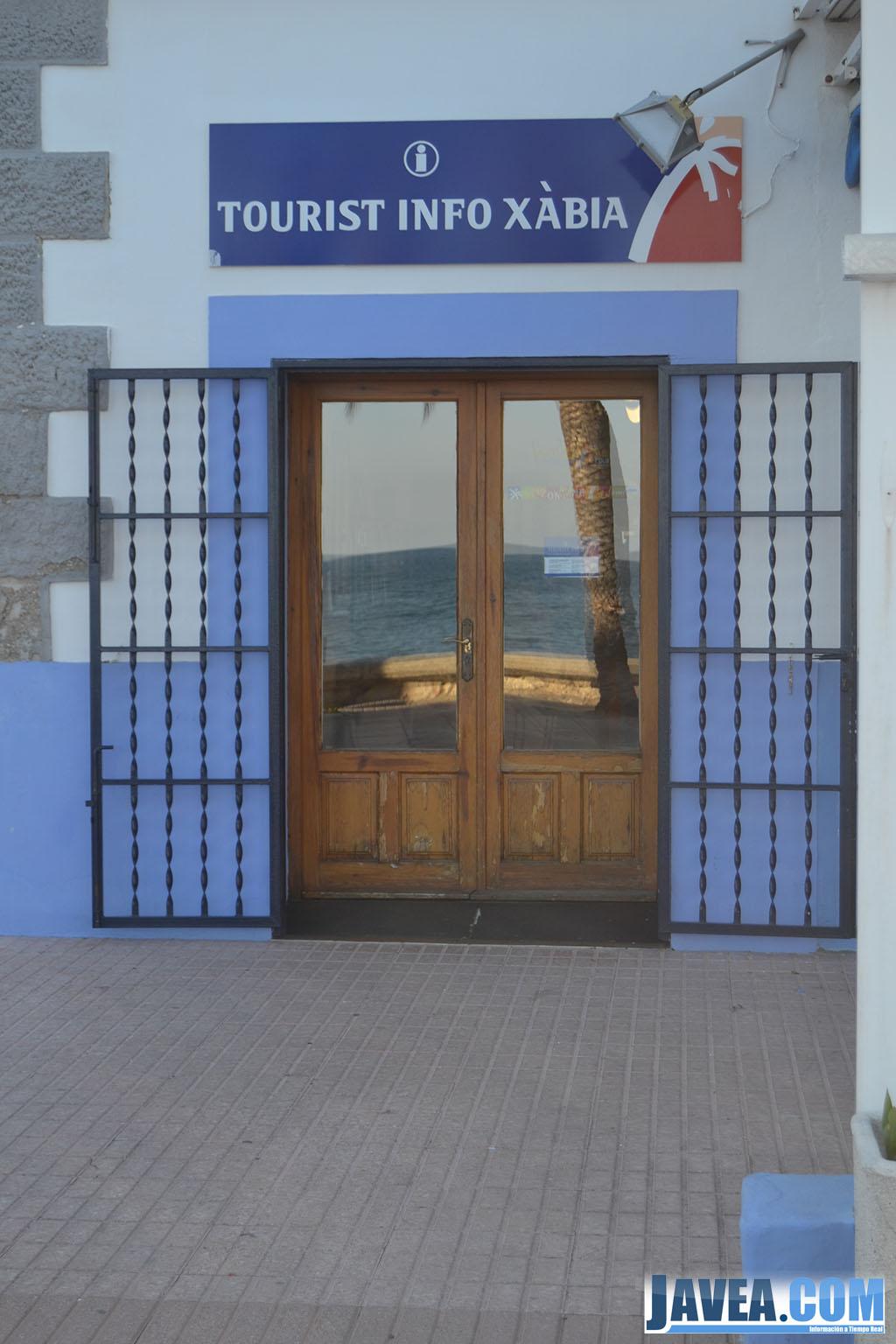 La oficina de turismo del puerto de Jávea se encuentra en el Paseo Marítimo a primera línea de la Playa de la Grava