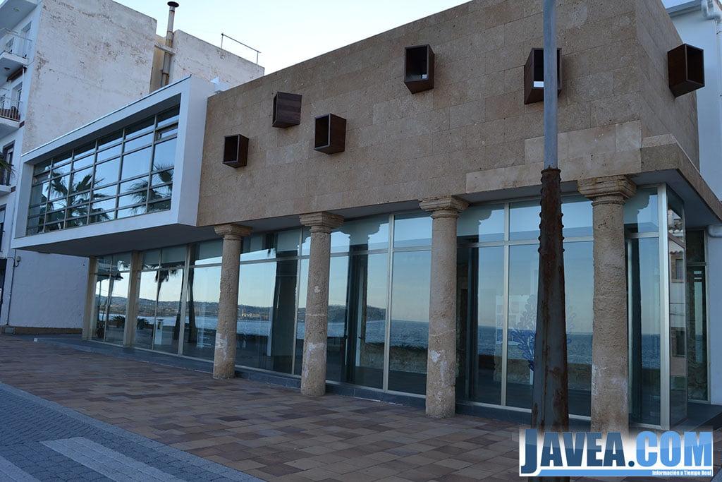 La sala de arte municipal La Casa del Cable se encuentra en la primera línea de la Playa La Grava