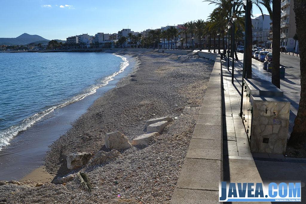Playa de La Grava de Jávea junto con el Paseo Marítimo