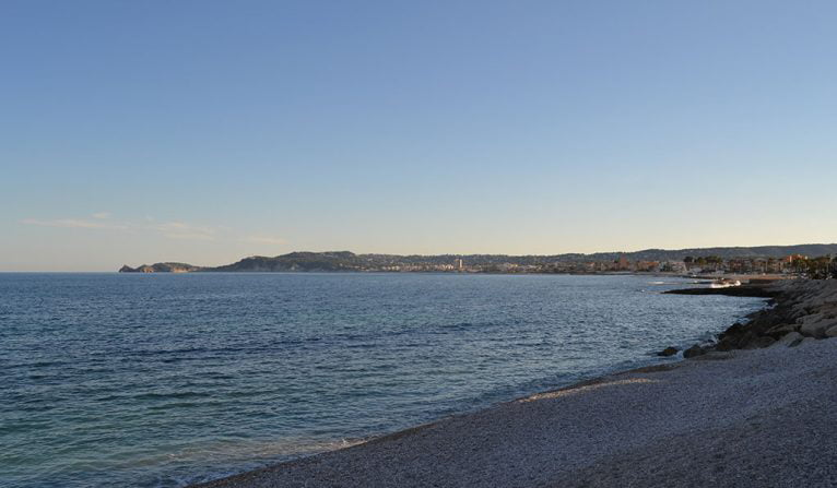 Final de la Playa La Grava desde donde se observa la bahía de Jávea