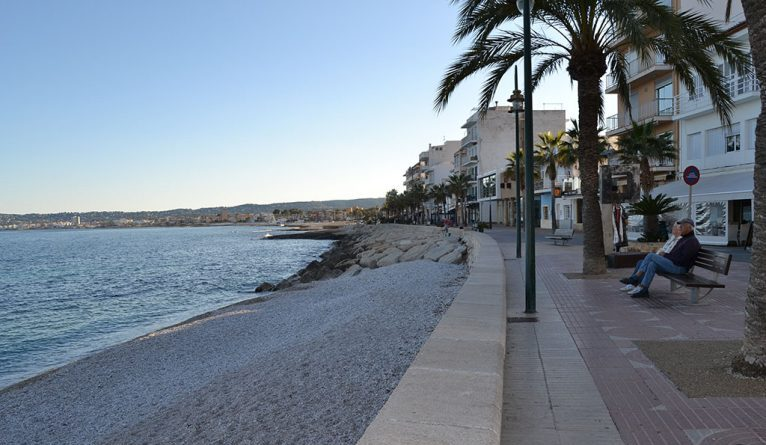 Paseo Marina Española junto a la Playa de la Grava
