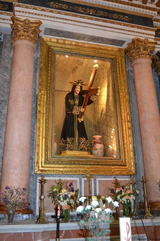 Vicente Catalá ha restaurado el marco de la hornacina del Nazareno y le ha devuelto su brillo y dorado original