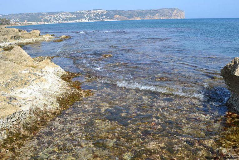 Aguas cristalinas en la playa del segundo montañar de Jávea