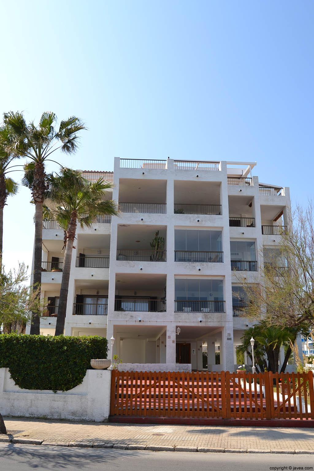 Apartamentos Cala Blanca 2 en la playa del segón muntanyar de Xàbia