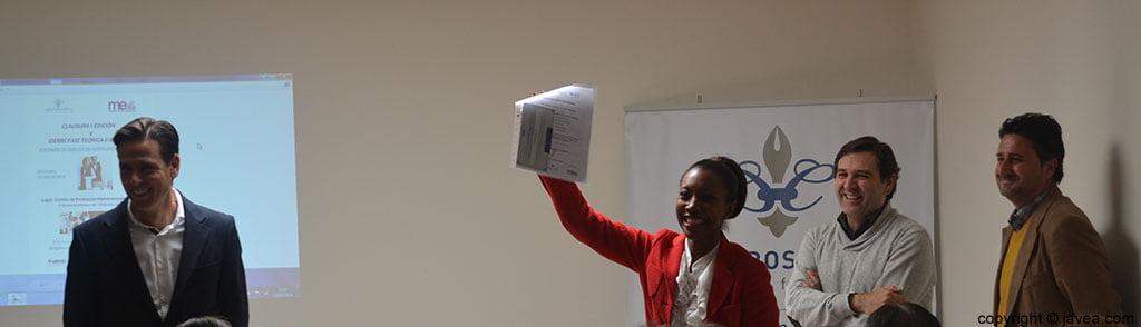 Arline Francis con el certificado y el cheque empleo que se les entregó a los alumnos de la primera edición