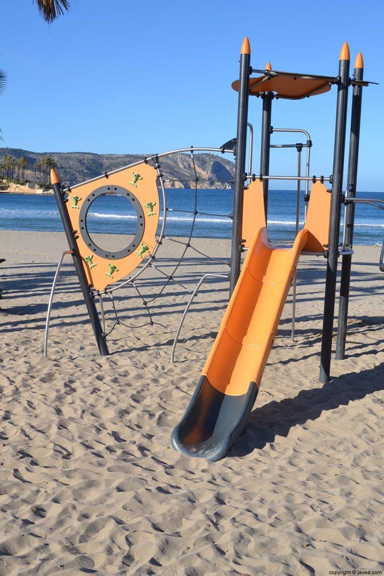 Columpios infantiles en la Playa del Arenal de Jávea