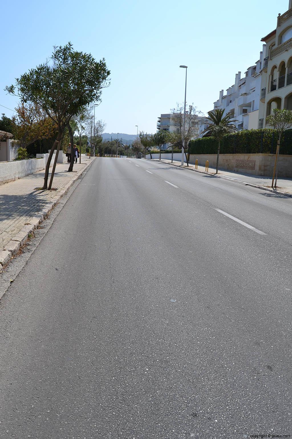 Desde la Avenida de Ultramar se accede a la Playa del Segundo Montañar de Jávea