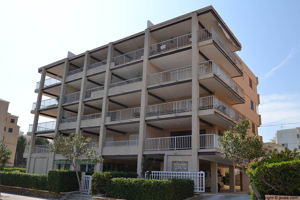 Edificio de apartamentos Sahja en la playa del segundo montañar de Jávea