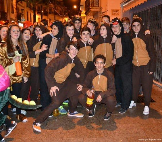 Grupo de amigos en el desfile de carnaval