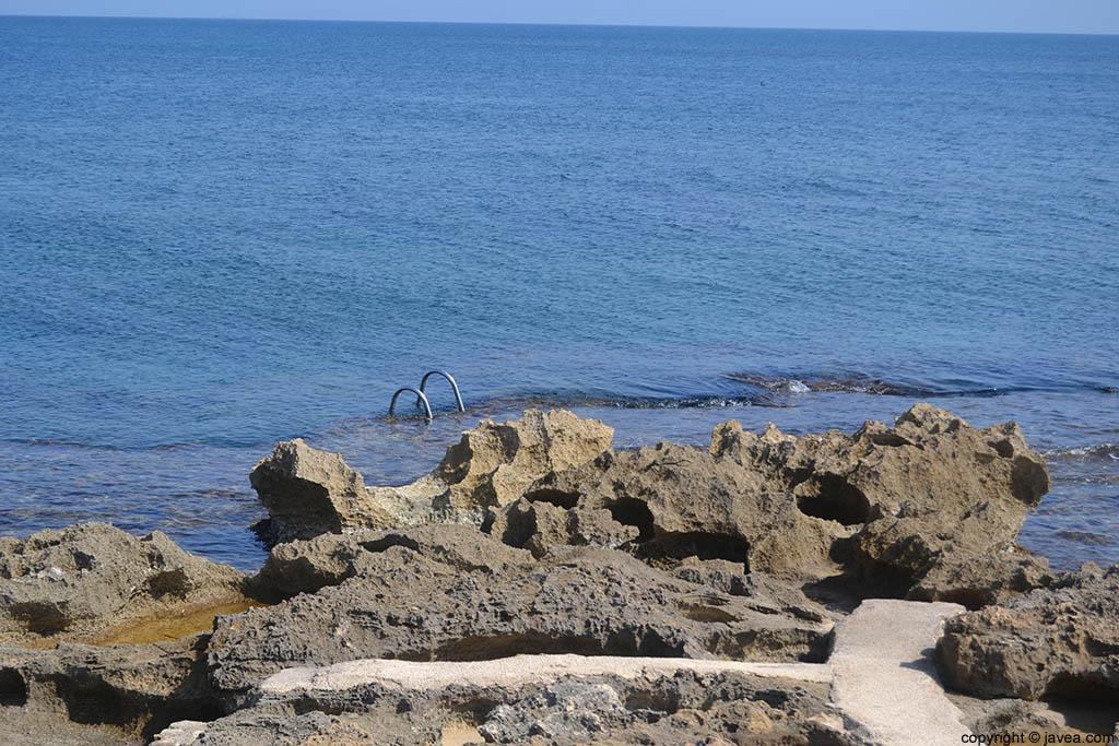 Hay algunas escaleras a lo largo de la playa del segundo montañar de Jávea para ayudar a los bañistas