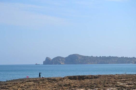 La piedra tosca ocupa la totalidad de la playa del Segón Muntanyar de Xàbia