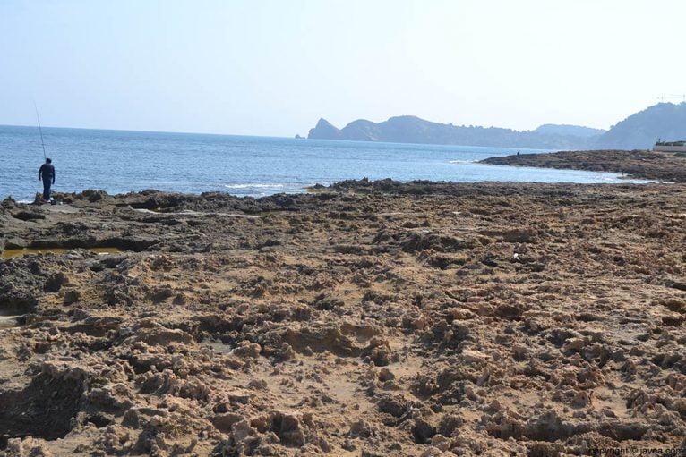 La playa del segón muntanyar de Xàbia con la piedra tosca como principal protagonista