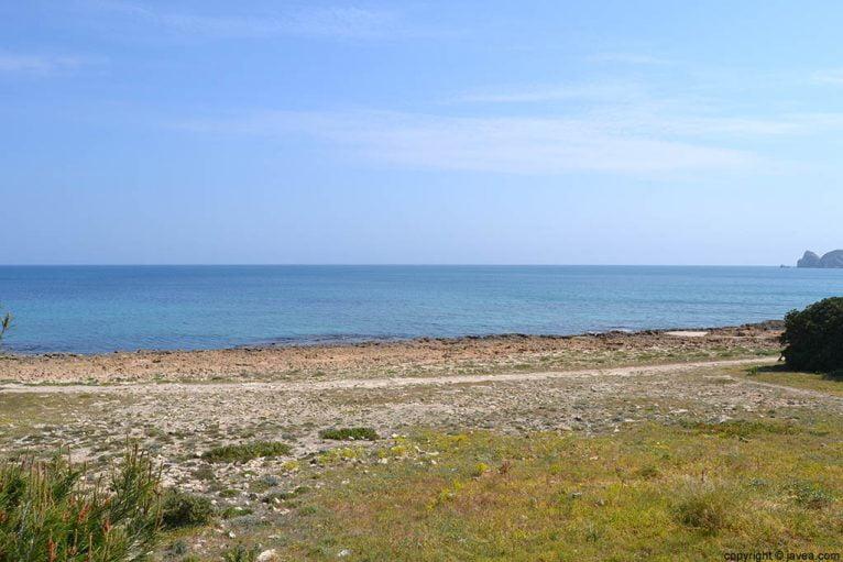 La playa del segundo montañar en Jávea en la que la piedra tosca es la protagonista