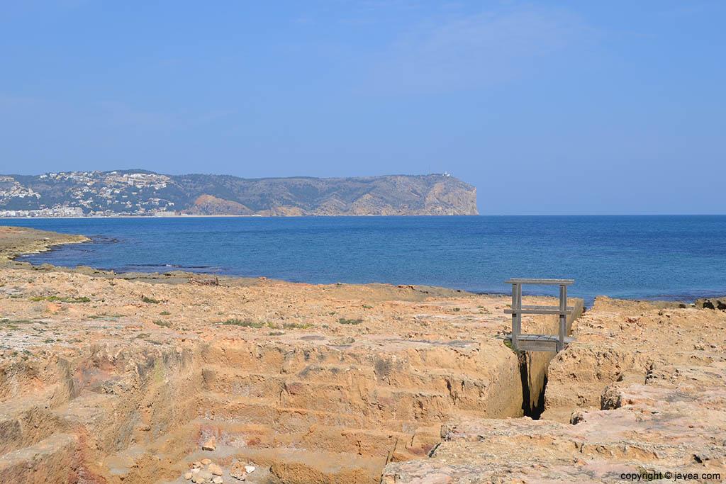 La talla de la piedra tosca para la construcción se observa a la perfección en la playa del segundo montañar de Jávea