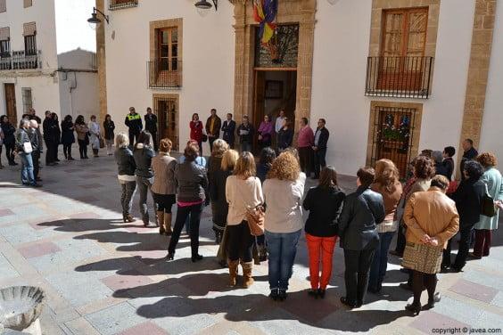 Lectura del manifiesto del Día de la Mujer en el Ayuntamiento de Jávea