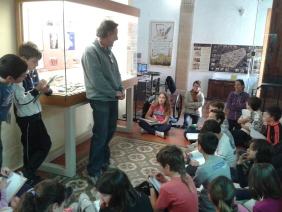 Los alumnos de quinto del Colegio Graüll con el arqueólogo Ximo Bolufer