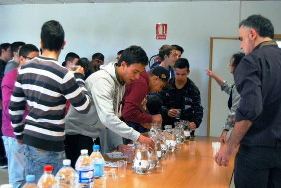 Los alumnos del IES Antoni Llidó realizando la cata de aguas