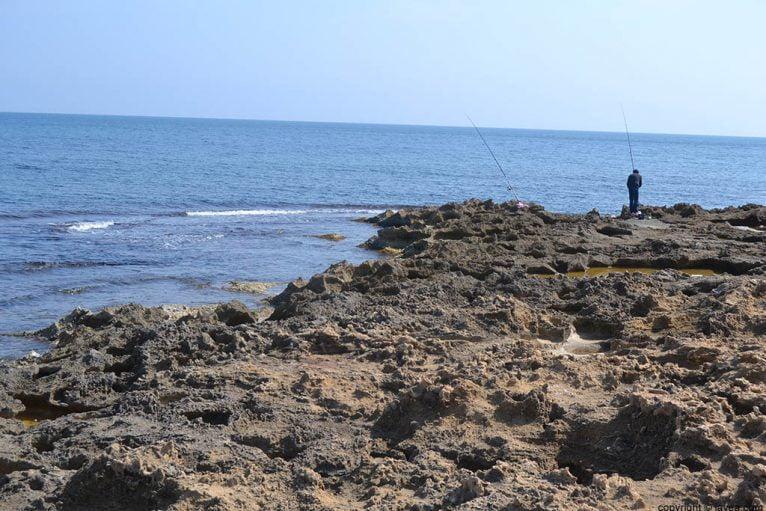 Practicando la pesca tradicional en la playa del segundo montañar de Jávea
