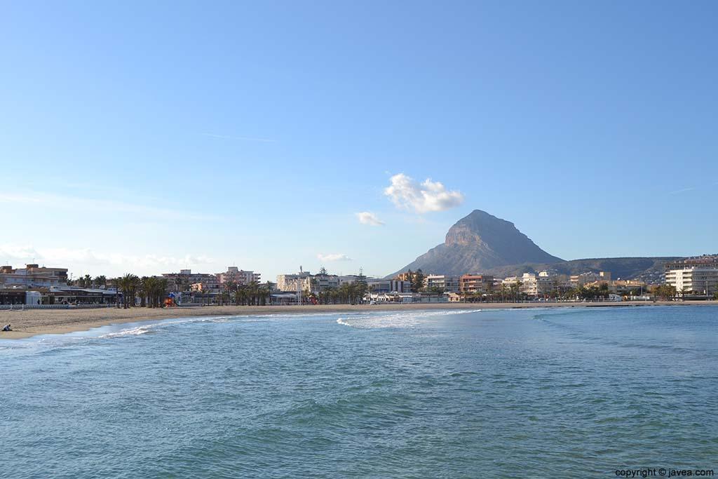 Vista del Montgó desde la Playa del Arenal de Jávea