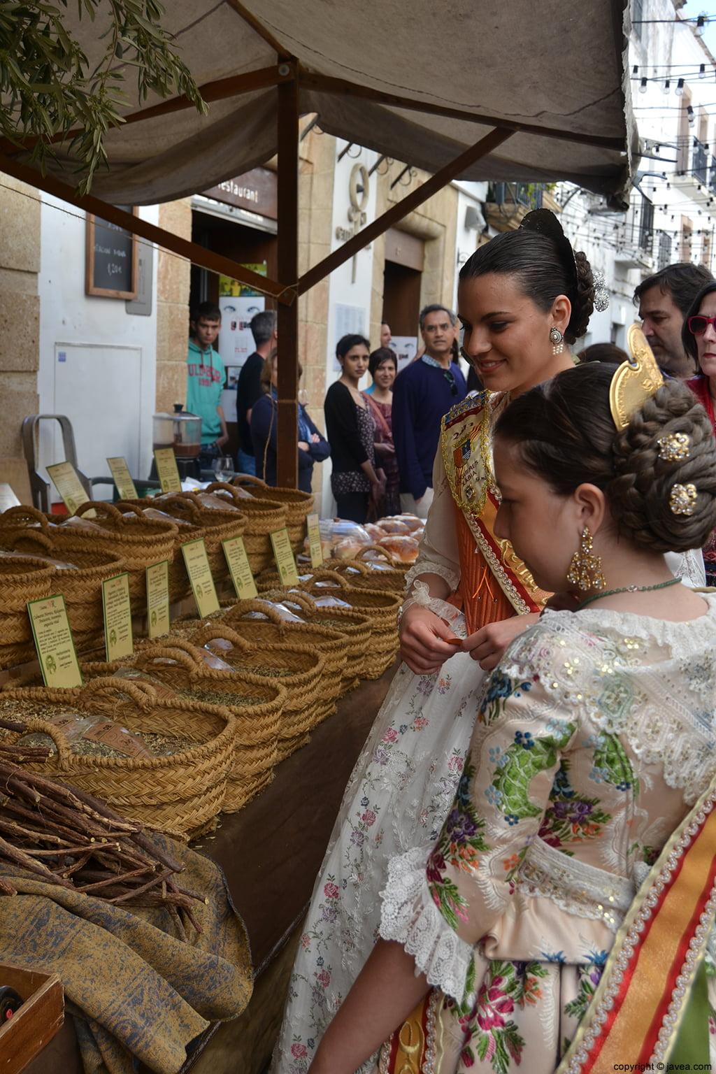 Ángela Devesa y Olivia Clemente visitando los puestos de la Feria de Artesanía