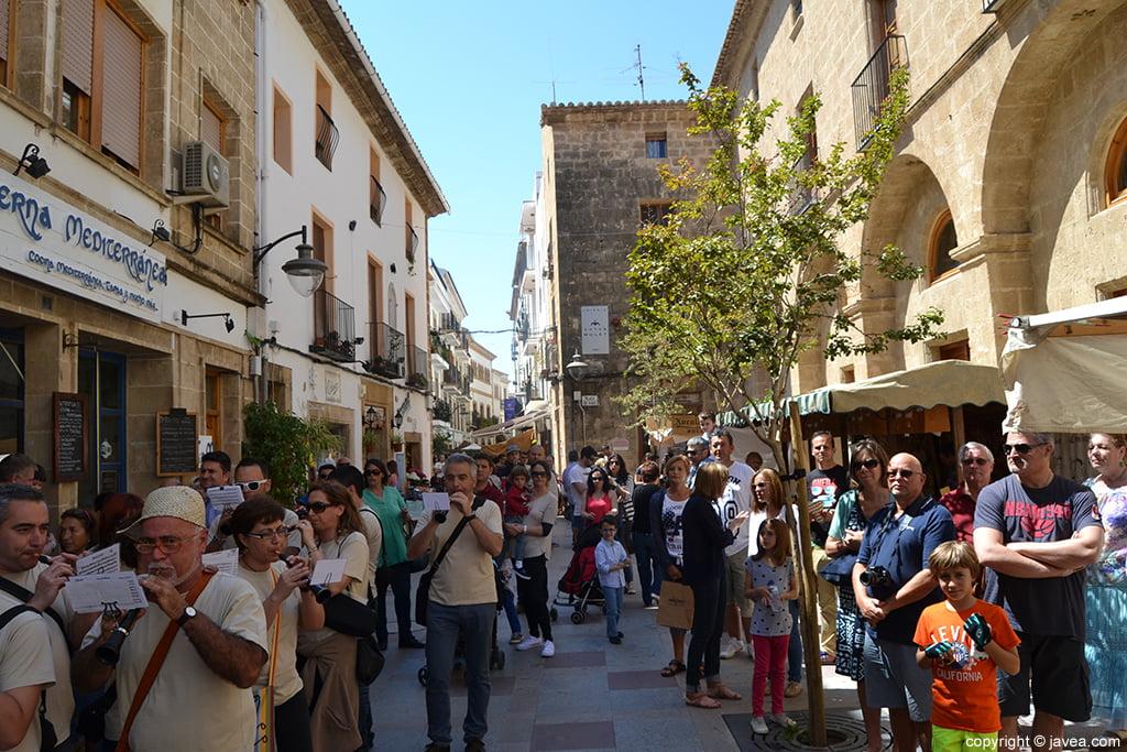 Ambiente en la Plaça de Baix en la Feria de Artesanía de Semana Santa de Jávea