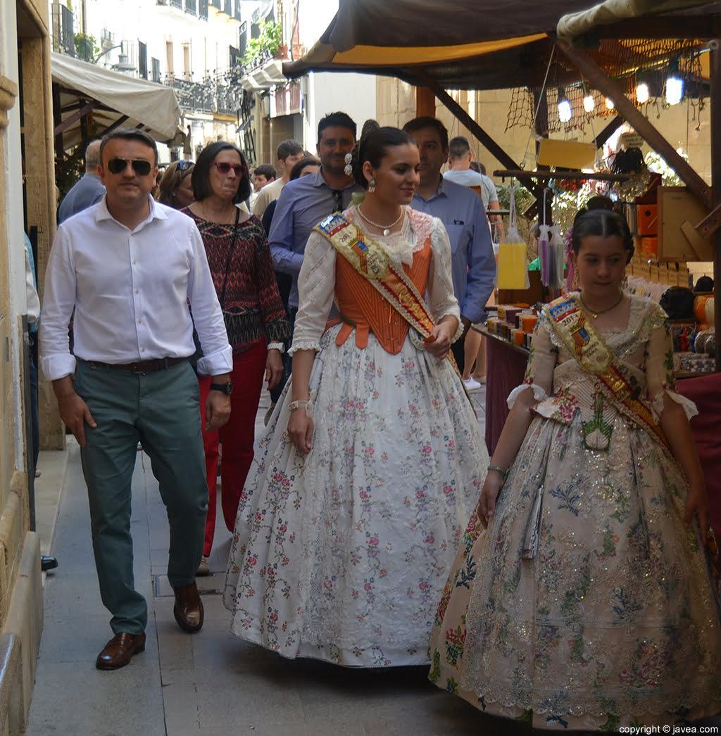 Autoridades y representación de Fogueres de Sant Joan visitando la Feria de Artesanía