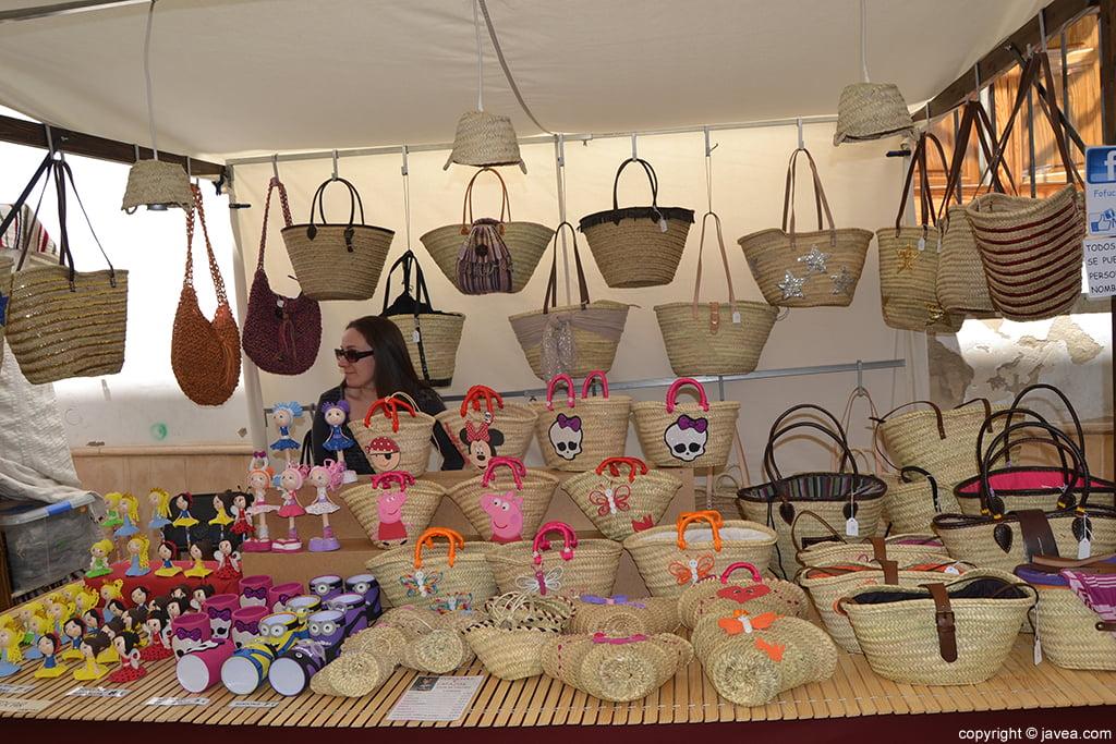 Complementos artesanos en la Feria de Semana Santa de Jávea