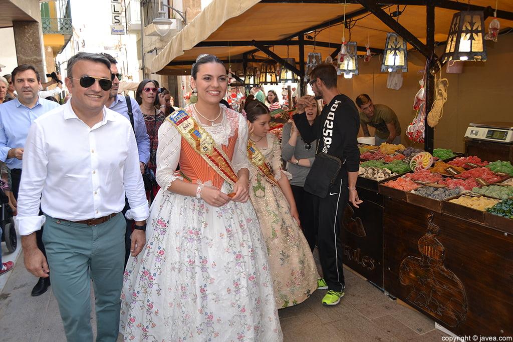 José Chulvi y Ángela Devesa durante el recorrido de la Feria de Artesanía de Jávea