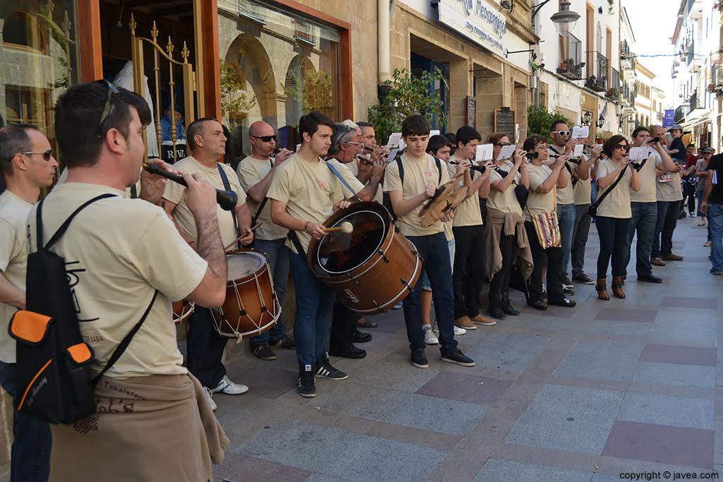 La Colla de Xirmitab's de Xàbia animó la Feria de Artesanía por las calles del Centro Histórico de Jávea