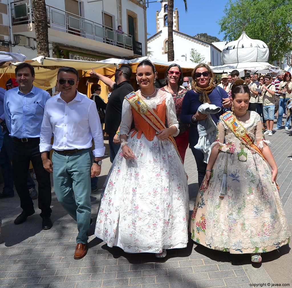 Las representantes de Fogueres de Sant Joan y autoridades en la Feria de Artesanía de Jávea