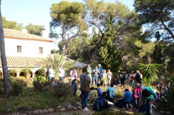 Los escolares de Jávea visitan el jardín-bosque de la familia Lambert