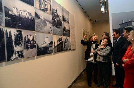 Mila Boutan mostrando las obras de la familia Lambert