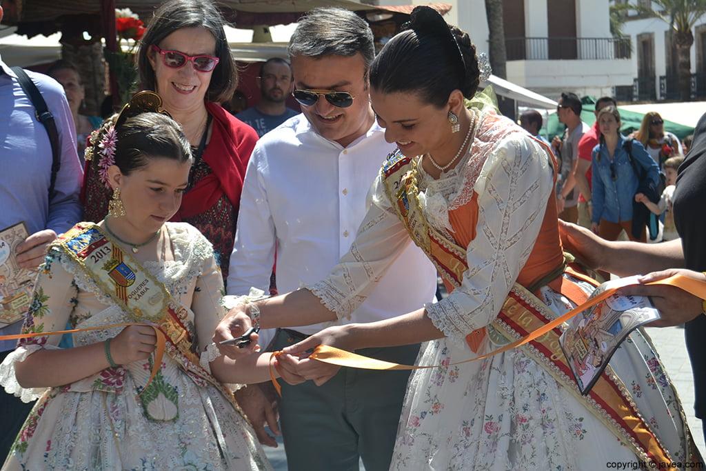 Olivia Clemente y Ángela Devesa cortando la cinta que inauguraba la Feria de Artesanía de Jávea