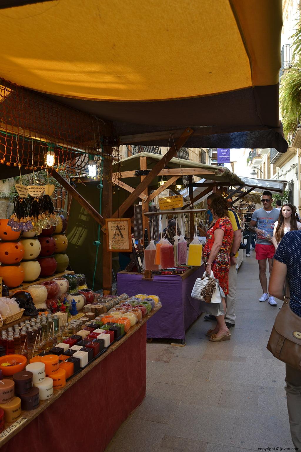 Puestos de la Feria de Artesanía de Semana Santa en la calle mayor de Jávea