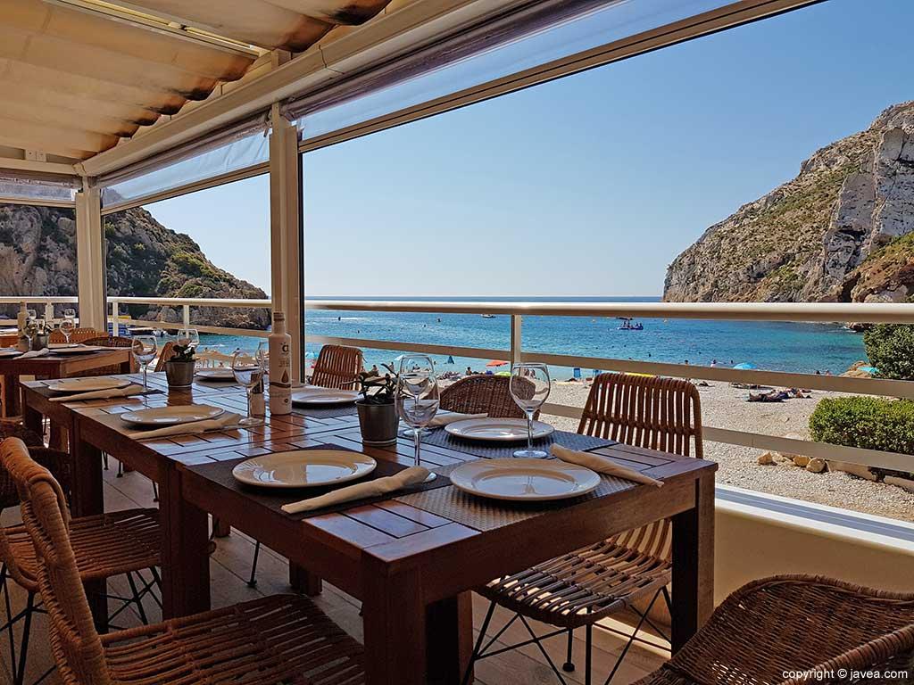 Terraza del Restaurante Sur, a pie de la playa Granadella