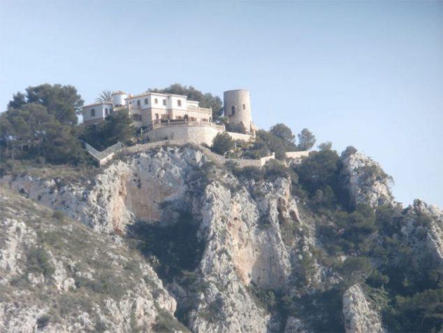 Imagen: Torre de Ambolo situada en una parcela privada