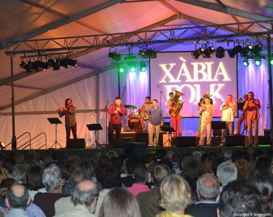 El Festival Xàbia Folk en Xàbia con la actuación de la Romàntica del Saladar