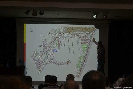 Ignasi Astor señalando los planos de la reordenación del puerto de Jávea