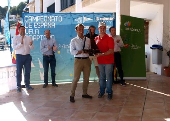 Mateo Castella entregando el trofeo a Rafael Andarias