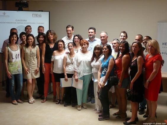 Alumnos, profesores y coodinadores de la seguna edición del curso de fomento y empleo en hostelería y turismo con Juan Luís Cardona y Óscar Antón