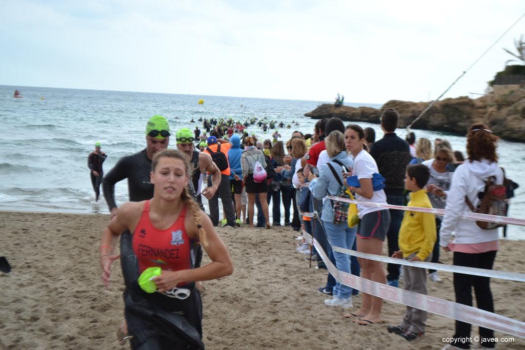 Andrea Fernández saliendo del mar 2ª