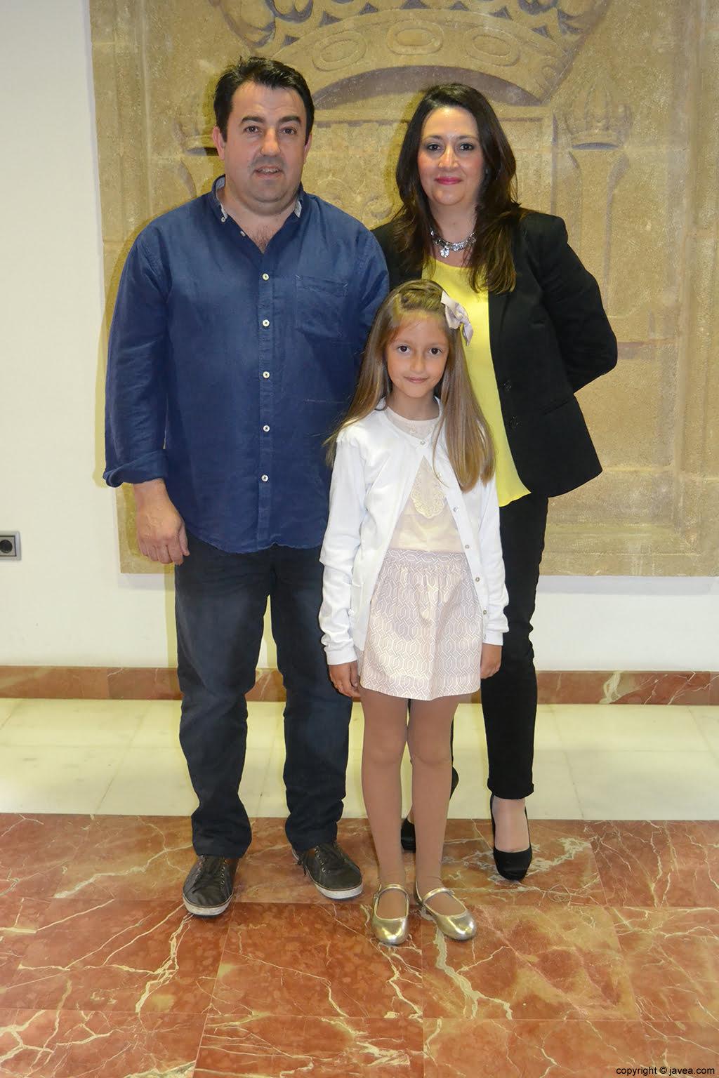 Andrea López Lillo, primera dama de honor infantil de 2014, junto con sus padres