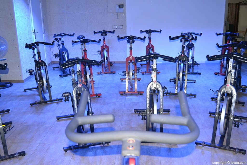 Bicicletas en la sala de spinning del gimnasio profigura for Gimnasio javea